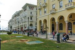 THESSALONIKI, GRIEKENLAND - SEPTEMBER 30, 2017: Mensen die bij Aristotelous-Vierkant in het centrum van stad van Thessaloniki lop Royalty-vrije Stock Afbeelding