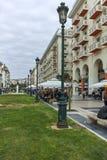 THESSALONIKI, GRIEKENLAND - SEPTEMBER 30, 2017: Mensen die bij Aristotelous-Vierkant in het centrum van stad van Thessaloniki lop Stock Foto