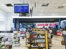 Thessaloniki, Griekenland SKG de luchthaven winkelt met vrijstelling van rechten met passagiers stock foto