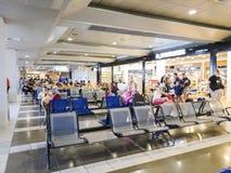 Thessaloniki, Griekenland SKG luchthavenpoorten met passagiers royalty-vrije stock afbeelding