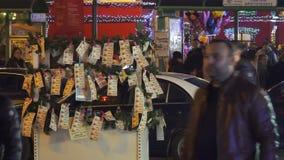 Thessaloniki, Griekenland straatventer die Griekse loterijbetaalstrookjes verkopen stock video