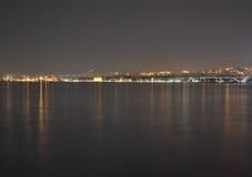Thessaloniki panorama på natten Arkivbild