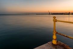 Thessaloniki pir och fyr på solnedgången, Grekland royaltyfri fotografi