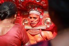 Theyyam-Ausführender gibt den eifrigen Anhängern Segen lizenzfreie stockfotografie