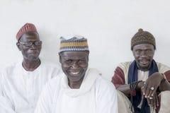 Thiaroye, †«18-ое июля 2014 Сенегала, Африки: Неопознанные мусульманские люди сидя перед грандиозной мечетью Thiaroye Стоковая Фотография RF