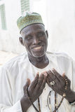"""Thiaroye, †Senegals, Afrika """"am 18. Juli 2014: Nicht identifizierter moslemischer Mann, der vor der großartigen Moschee sitzt Lizenzfreies Stockbild"""