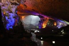 Thien Cung Cave, bahía de Halong, Vietnam Fotografía de archivo