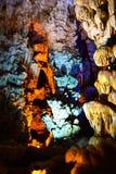 Thien Cung Cave dans la baie long d'ha, Vietnam images libres de droits