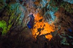 Thien Cung Cave Heavenly Palace Cave, nella baia di Halong, il Vietnam fotografia stock libera da diritti