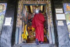 Thiksey, la India - 24 de agosto de 2015: Un monje budista que entra en el pasillo del rezo del monasterio para el Puja, Ladakh d Imagenes de archivo