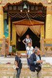 Thimphu, Μπουτάν - 10 Σεπτεμβρίου 2016: Τουρίστες που στέκονται μπροστά από μια είσοδο ναών Στοκ Εικόνες