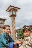 Thimphu, Μπουτάν - 11 Σεπτεμβρίου 2016: Bhutanese μητέρα και κόρη κοντά στον πύργο ρολογιών σε στο κέντρο της πόλης Thimphu, Μπου Στοκ Εικόνες