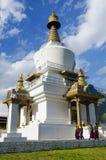 THIMPHU, BHUTAN, April 2013, Monniken in HerdenkingsdieChorten als Thimphu Chorten wordt bekend stock foto's