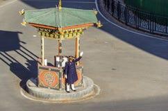THIMPHU BHUTAN - JANUARI 10: Oidentifierad bhutanesisk polis som vinkar handen i mitt av karusellen Royaltyfria Foton