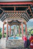 Thimphu Bhutan - September 17, 2016: Bhutanesiskt folk nära den nationella minnes- Stupaen, Thimphu, Bhutan Arkivbild