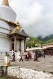 Thimphu Bhutan - September 17, 2016: Bhutanesiskt folk på den nationella minnes- Stupaen, Thimphu, Bhutan Arkivbild