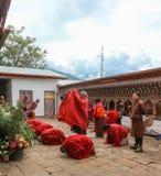Thimphu, Bhutan - September 15, 2016: De monniken uit Bhutan in tradtional kleden het bidden in Thimphu, Bhutan Royalty-vrije Stock Afbeeldingen