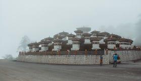 Thimphu Bhutan - September 10, 2016: Druk Wangyal Khangzang Stupa med 108 chortens, Dochula passerande, Bhutan Fotografering för Bildbyråer