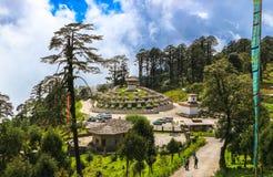 Thimphu Bhutan - September 10, 2016: Druk Wangyal Khangzang Stupa med 108 chortens, Dochula passerande, Bhutan Royaltyfria Bilder