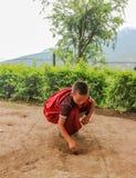 Thimphu, Bhutan - September 15, 2016: Jonge Bhutanase-monnik die muntstukken op de grond in een klooster in Bhutan zetten Stock Foto