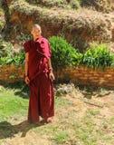 Thimphu, Bhutan - 16. September 2016: Junger Mönch von Bhutan, der am Garten eines Klosters in Bhutan steht Lizenzfreie Stockfotografie