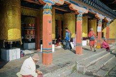 Thimphu, Bhutan - 17. September 2016: Leute von Bhutan nahe dem nationalen Erinnerungs-Stupa, Thimphu, Bhutan Stockfotografie