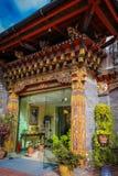 Thimphu Bhutan - September 10, 2016: Traditionell bhutanesisk arkitektur med blommor i Bhutan, South Asia Fotografering för Bildbyråer