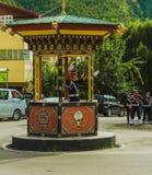 Thimphu Bhutan - September 10, 2016: Trafikpolis med vita handskar som är tjänstgörande i det Thimphu centret, Bhutan Royaltyfri Fotografi
