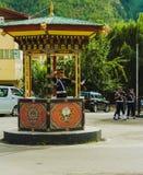 Thimphu Bhutan - September 10, 2016: Trafikpolis med vita handskar som är tjänstgörande i det Thimphu centret, Bhutan Royaltyfria Bilder