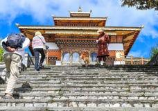 Thimphu Bhutan - September 10, 2016: Turister på den Druk Wangyal Lhakhang templet, Dochula passerande, Bhutan Arkivfoto