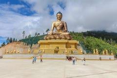 Thimphu Bhutan, Wrzesień, - 17, 2016: Kaukaska turysta grupa odwiedza gigantyczną Buddha Dordenma statuę, Thimphu, Bhutan obrazy royalty free