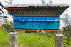 Thimphu Bhutan, Wrzesień, - 10, 2016: Signboard Jigme Singye Wangchuck park narodowy (Czarny góra park narodowy) Fotografia Royalty Free