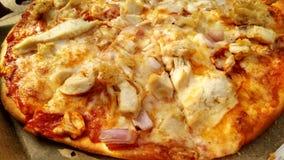 Thincrust-Pizza mit Belägen Lizenzfreie Stockbilder