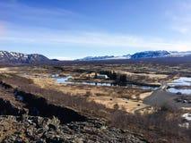 Thingvellir, Fluss, schneebedeckter Berg, blauer Himmel, Island Lizenzfreie Stockbilder