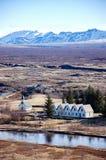 Thingvellir, rivière, montagne couronnée de neige, ciel bleu, Islande Image libre de droits