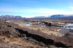 Thingvellir, rivière, montagne couronnée de neige, ciel bleu, Islande Photographie stock libre de droits