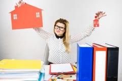 Thining affärskvinna i regeringsställning som rymmer huset Arkivbild