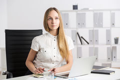 Thinking businesswoman laptop Royalty Free Stock Photography