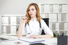 Thinking woman doctor Royalty Free Stock Photos