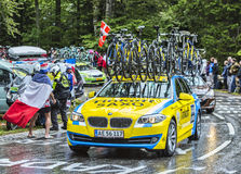 Thinkoff Saxo队汽车在le环法自行车赛期间的 免版税库存图片