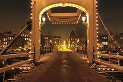 thiny阿姆斯特丹桥梁荷兰的晚上 免版税库存照片