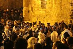 ?thiopische Priester und M?nche, die im Atrium in der Kirche des heiligen Grabes singen und beten stockbild