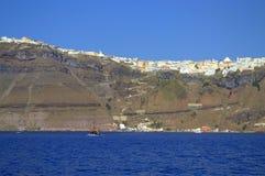 Thira, столица Santorini садилось на насест на скалах Стоковая Фотография