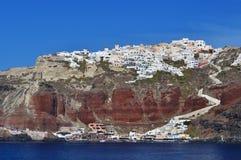 Thira Dorf oben auf die Klippen in Santorini Lizenzfreie Stockfotografie