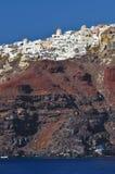 Thira Dorf oben auf die Klippen in Santorni Lizenzfreie Stockfotos