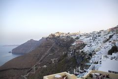 Thira, Santorini - πανοραμική άποψη Πανοραμικοί παραδοσιακοί διάσημοι Λευκοί Οίκοι και εκκλησίες άποψης στην πόλη Thira στο νησί  στοκ φωτογραφία