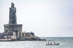 Thiruvalluvar havande uppsikt över fiskare på Kanyakumari arkivfoton