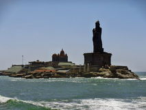 Thiruvalluvar-Statue u. Vivekananda-Felsen-Denkmal in Kanyakumari Stockbild
