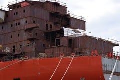 Thkontraktion des großen Schiffs im Hafen in der Stadt von Pula kroatien lizenzfreie stockfotografie
