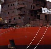 Thkontraktion des großen Schiffs im Hafen in der Stadt von Pula kroatien stockfotos